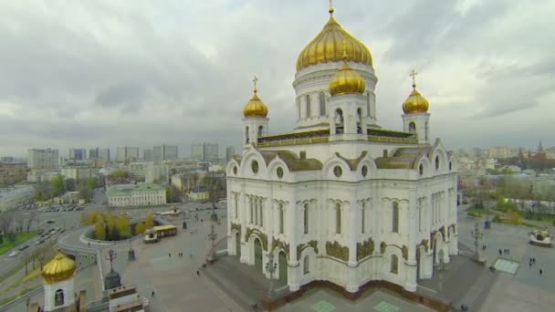 Traffic near Christ the Saviour Cathedral and cityscape — Vidéo