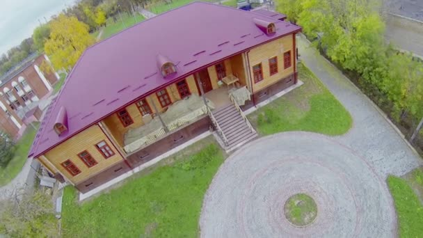 Wooden house with magenta roof near Palace — Vidéo