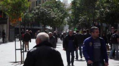 People walk by street  in Madrid — Stock Video
