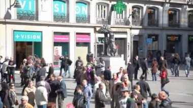 Tourists walk by symbol of Madrid — Stock Video