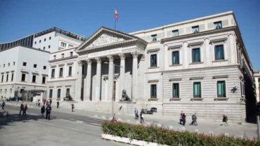 People walk near Spanish Congress — Stock Video