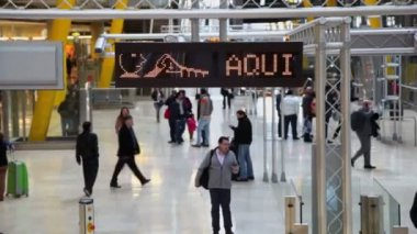 Travelers moves in hall at Madrid Barajas Airport — Stock Video