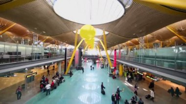 Passengers moves in hall of Madrid Barajas Airport — Stock Video