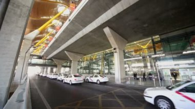 Taxi parks near Barajas airport — Stock Video