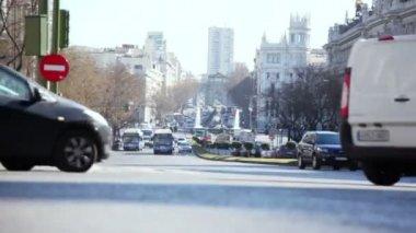 Cars ride on street Calle de Alcala — Stock Video