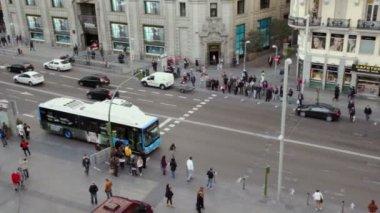 Day traffic at Gran Via street — Stock Video