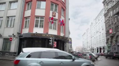 Traffic near edifice of City Duma — Stockvideo