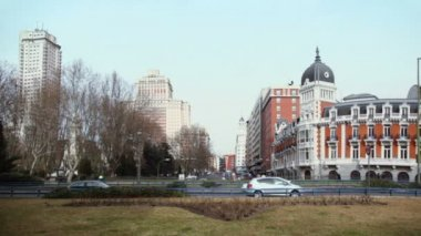 Day traffic near Plaza de Espana — Stock Video