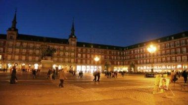 People walk at Plaza Mayor — Stock Video