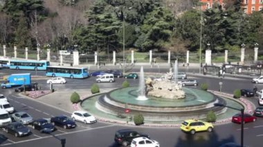 Transport ride near fountain on Cebeles Square — Stock Video