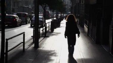 Woman walk by street — Stock Video