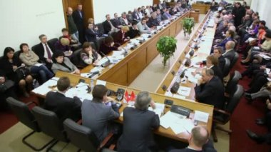 Hall with people at Round table Elections — Vídeo stock