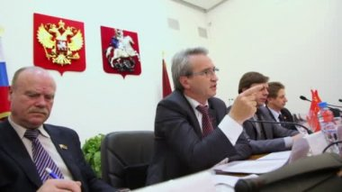 Speaker in presidium on Round table Elections — Vídeo stock