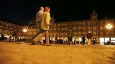 People walk on Plaza Mayor — Stock Video