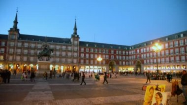 Tourists walk at Plaza Mayor — Stock Video