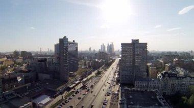 Day traffic in center of city — Vídeo de stock