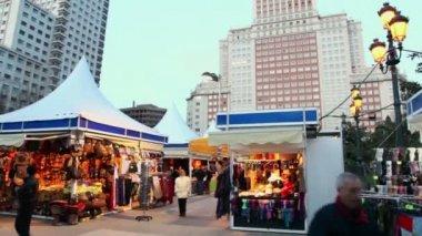 People walk at Plaza de Espana — Stock Video