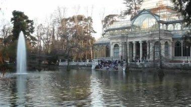 Mensen zitten in park — Stockvideo