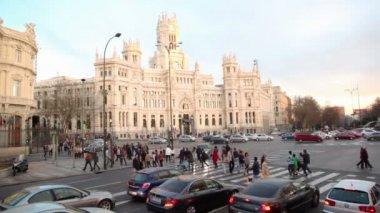 People cross road at Cibeles Square — Stock Video