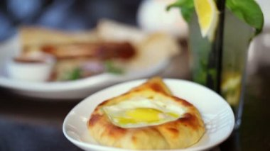 Khachapuri with egg spins — Stock Video