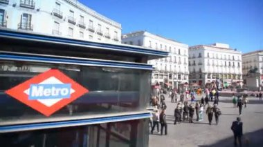 Tourists on Puerta del Sol square — Stock Video