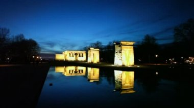 Pond and Temple of Debod with illumination — Vídeo de Stock