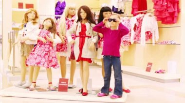 Girl stands next to mannequins — Stock Video