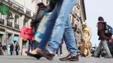 Man imitates gold statue of tourist — Stock Video