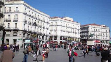 People walk at Puerta del Sol — Stock Video