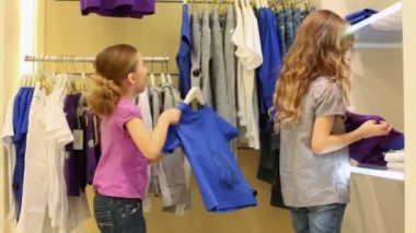 Two little girls consider clothes — Stock Video