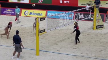 Sportswomen play beach volleyball — Stock Video