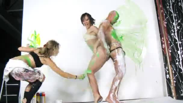 Four people in studio doing body-painting — Vidéo