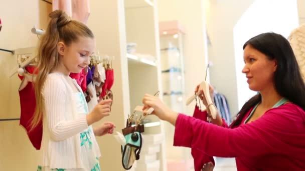 Madre ayudando a su hijita en la tienda — Vídeo de stock