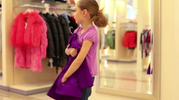 Niña hermosa probandose ropa — Vídeo de stock