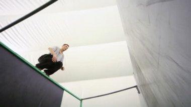Agile boy jump at walls — Stock Video