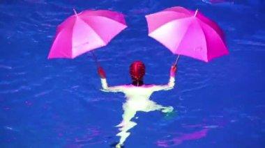 Mulher com dois guarda-chuvas executa — Vídeo stock