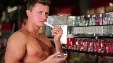 筋肉の男がトイレの水の臭いがします。 — ストックビデオ
