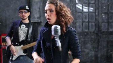 Piombo cantante cantare con il microfono dell'annata — Video Stock