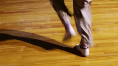 Male legs in white shoes dance — Stock Video
