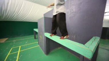 Young man does somersault — Stock Video