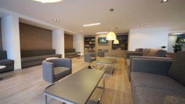Místnost s pohovkami a tv knihovny — Stock video