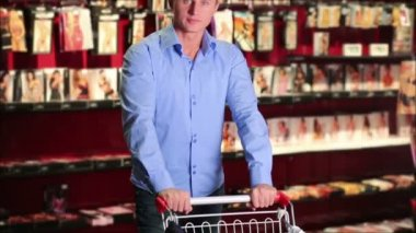 ショッピングカートでの店で若い男 — ストックビデオ