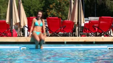 Beautiful girl jumps to pool — Stock Video