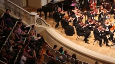 Orchestra and spectators in Tchaikovsky Concert Hall. — Stock Video