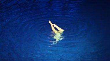 Prestaties van zwemmer in zwembad — Stockvideo