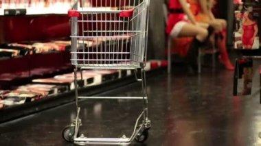 Pusty koszyk stojących na podłodze w sklepie — Wideo stockowe