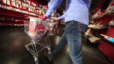 Człowiek z towarów w koszyku — Wideo stockowe