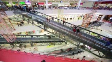 Wielu klientów w duże, nowoczesne centrum — Wideo stockowe