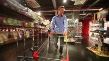 Człowiek szybko z koszyka w sklepie — Wideo stockowe