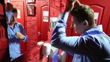 男便所で正しい髪 — ストックビデオ